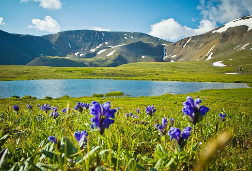 Bergsee in unberührter Natur