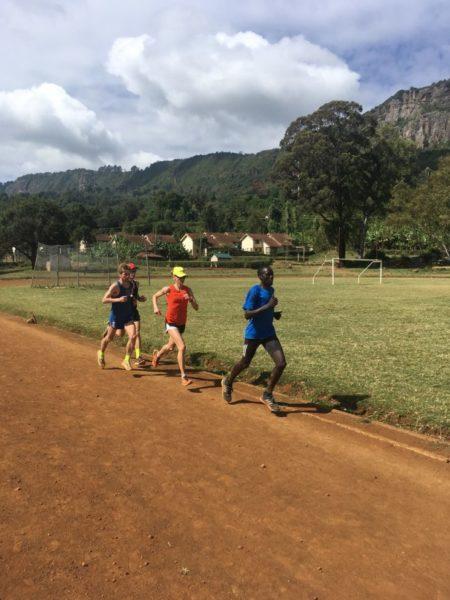 Fabienne fliegt in Kenia über die Bahn