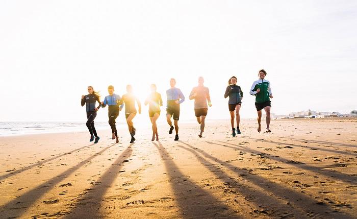Das Team beim lockeren Lauf am Strand