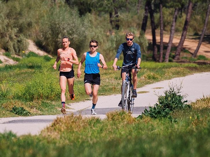 LäuferInnen bei dem kräftezehrenderen Teil des Alltags