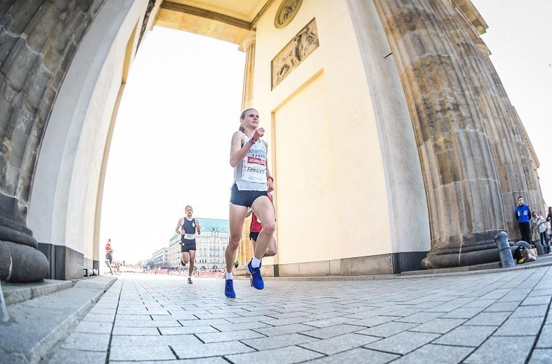 Geniale Perspektive - Fabienne unterm Brandenburger Tor