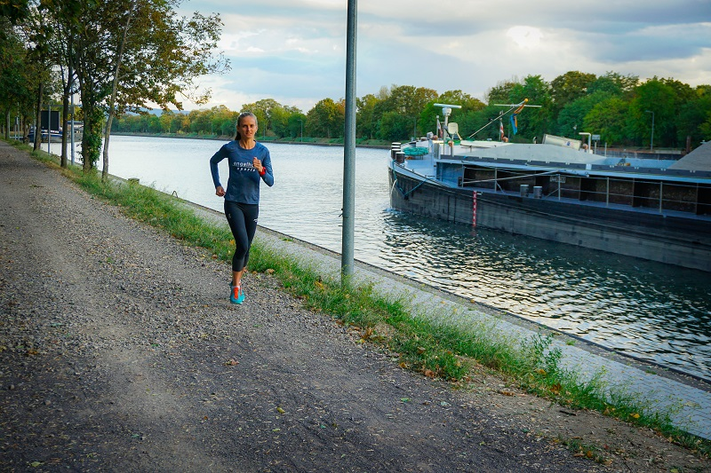 Fabienne auf der Laufstrecke in heimischen Gefilden am Neckar