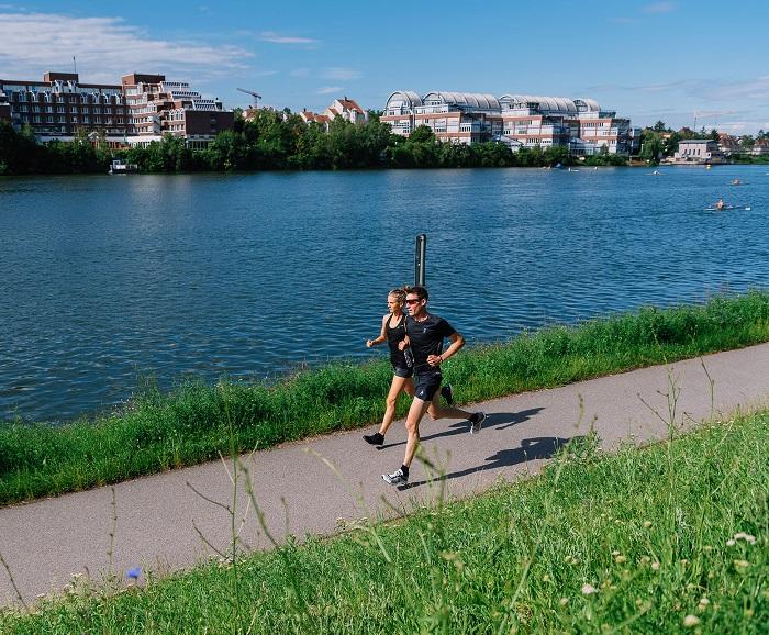 ... und mit großem Schritt am Neckar entlang (Bild. Florian Freundt)