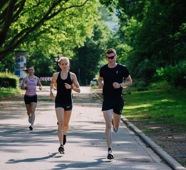 Fabienne läuft wieder mit ihrer Trainigsgruppe - im Heidelberger Sommer (Bild: Florian Freundt)
