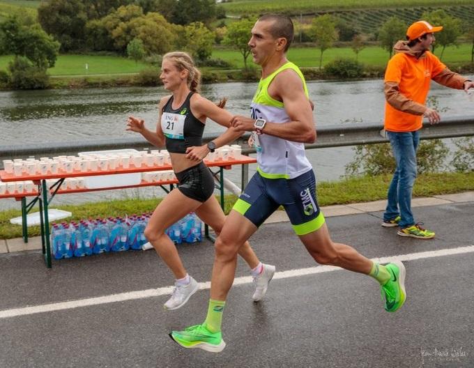 Fabienne und ein Mitläufer bei km 9 in Remich